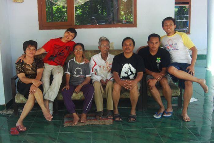 Foto terakhir bersama bapak, ibu, saudara pada Desember 2012, di rumah Bendo.